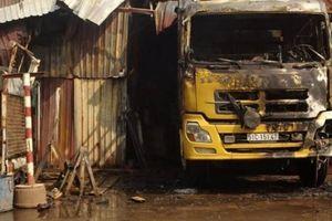 TPHCM: Cháy kho hàng, tài xế lái xe chạy ra ngoài thoát thân