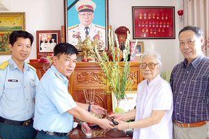 Phu nhân cố Thượng tướng Phùng Thế Tài tặng Bảo tàng Phòng không - Không quân súng bảo vệ Bác Hồ