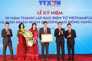 Báo VietnamPlus đón nhận Huân chương Lao động hạng nhì