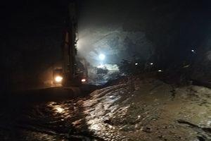 Vụ sập hầm vàng ở Hòa Bình: Phát hiện một chiếc ô tô dưới đống bùn đất