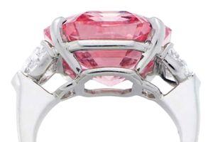 Viên kim cương hồng đạt giá 1.165 tỉ đồng