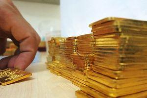 Giá vàng tiếp tục giảm, USD đồng loạt bật tăng