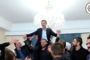 Ăn mừng giải phóng, cư dân Syria nâng Tổng thống Assad trên vai
