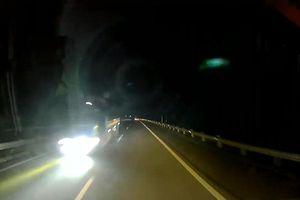 Xe tải bật đèn pha, phóng ngược chiều trên cao tốc Hà Nội - Lào Cai