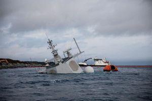 Xem chiến hạm tối tân chìm nghỉm sau cú đâm tàu chở dầu
