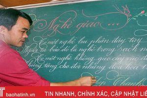Thầy giáo miền núi Hà Tĩnh có nét chữ 'rồng bay, phượng múa'