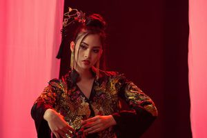 Miss World: Ngắm Hoa hậu Tiểu Vy đầy ma mị trong tạo hình cổ trang
