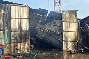 Kho tập kết hàng chuyển ra Bắc cháy lớn, thiêu rụi hai xe máy và hư hỏng một xe tải