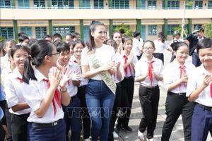Hoa hậu Trái đất Nguyễn Phương Khánh về thăm quê hương Bến Tre