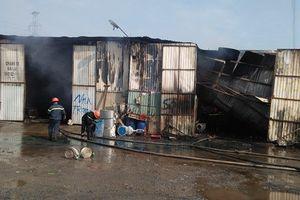 Tài xế liều mình cứu xe tải trong vụ cháy kho hàng ở TP.HCM