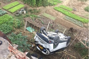 Ô tô CX5 lao xuống ruộng, nữ tài xế may mắn thoát chết