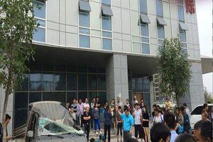Trung Quốc: Người ngồi trên ô tô chết tức tưởi khi bị người nhảy lầu tự tử rơi trúng đầu