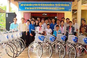 Tặng 20 xe đạp cho học sinh nghèo xã Xuân Đông