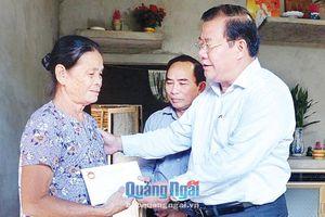 Phó Chủ tịch Thường trực UBND tỉnh Nguyễn Tăng Bính: Thăm, tặng quà cho người nghèo
