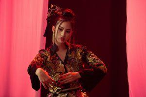 Hoa hậu Trần Tiểu Vy đẹp ma mị hát 'Lạc trôi' trong phần thi tài năng tại Miss World 2018