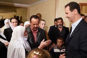 Người dân Syria kiệu Tổng thống Assad lên vai sau khi được giải cứu khỏi tay IS
