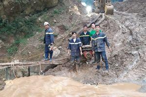 Xúc động hình ảnh lực lượng CAND vất vả cứu nạn tại hang Cột Cờ
