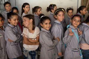 Hạnh phúc vỡ òa của trẻ em tị nạn Syria khi được đến trường
