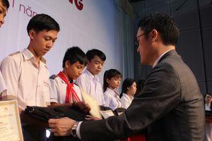Trao 400 suất học bổng 'Cho em đến trường' cho học sinh nghèo vượt khó