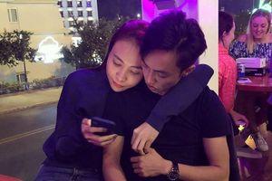 Chuyện showbiz: Đàm Thu Trang ôm vai tình tứ Cường Đô la giữa phố