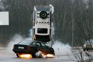Ô tô bị nổ lốp thì phải làm sao?