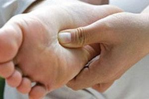Ngâm nước lá chữa tiểu đường, suýt cụt chân