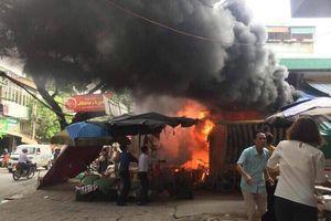 Hà Nội: Quán bún phở trước cửa chở bốc cháy dữ dội, nhiều người hoảng loạn bỏ chạy