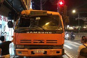 Mất thắng tại chốt đèn đỏ, xe tải lao vào nhà dân ở Gò Vấp