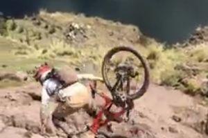Chàng biker suýt rớt xuống vực vì biểu diễn xe đạp bất thành