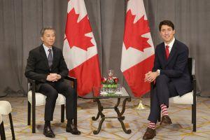 Thủ tướng Canada lại diện tất sặc sỡ tại Hội nghị Cấp cao ASEAN