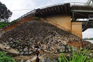 Phát hiện sụt lún nghiêm trọng tại chân cầu Hàm Rồng