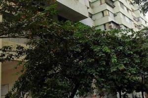 Bé trai 5 tuổi rơi từ tòa nhà cao tầng xuống đất nằm bất động