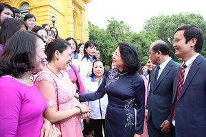 Phó chủ tịch nước gặp mặt đại biểu được tuyên dương trong Chương trình 'Chia sẻ cùng thầy cô' năm 2018