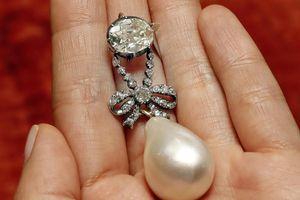 Mặt dây chuyền của Hoàng hậu Pháp Marie Antoinette bán đấu giá hơn 36 triệu USD