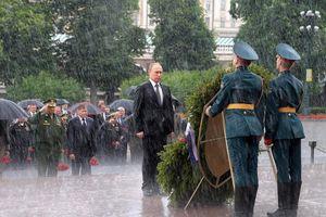 Hình ảnh lãnh đạo thế giới dầm mưa tôn vinh liệt sĩ