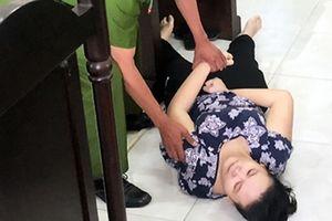 Lĩnh 18 tháng tù vì bạo hành trẻ, bảo mẫu ngất xỉu giữa tòa