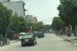 KIA Forte 'đánh võng' trên đường phố, đối đầu nhiều xe tải