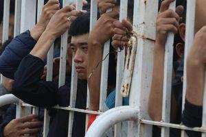 CĐV khóc ngất vì không mua được vé trận Việt Nam - Malaysia , Bùi Tiến Dũng lên tiếng