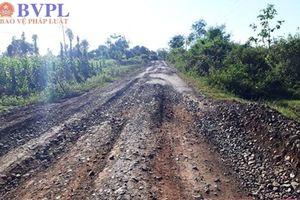 Xe chở cát của 2 doanh nghiệp thi nhau 'băm nát' tuyến đường liên xã