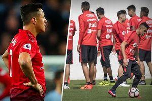 Alexis Sanchez có 'hành động lạ' khi tập luyện vùng tuyển Chile