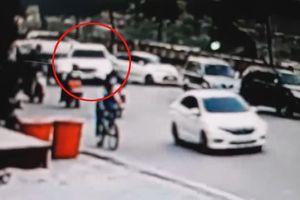 Nữ tài xế lùi xe bất cẩn khiến ô tô lao vọt xuống bờ kè