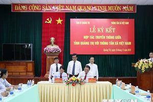 Hình ảnh lãnh đạo TTXVN và tỉnh Quảng Trị ký kết hợp tác truyền thông