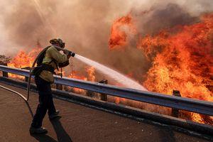 Cháy rừng ở California quét qua bãi thải hạt nhân