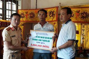 CSGT Bình Định chia sẻ nỗi đau với gia đình nạn nhân bị TNGT
