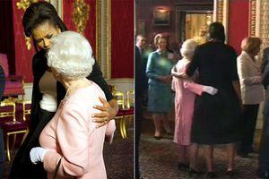Michelle Obama tiết lộ lý do đặt tay lên vai Nữ hoàng Anh, hành động từng hứng 'gạch đá' dữ dội