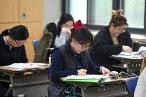 Hôm nay người dân Hàn Quốc đi làm muộn, 'nín thở' để gần 600.000 sĩ tử tập trung làm bài