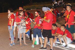 CĐV Việt Nam tại AFF Cup 2018: Pháo sáng 'nhuộm đen' chuyến xe đêm từ Malaysia