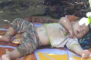 Dân mạng like điên đảo hình ảnh cậu bé bụ bẫm ngủ ngon lành trên tấm bạt dưới gốc cây cà phê khi theo bố mẹ lên rẫy