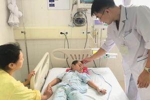 Gia đình dùng lá lộc mại cực độc trị táo bón, bé 4 tuổi phải cấp cứu