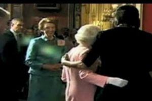 Bà Michelle Obama tiết lộ vụ hứng 'gạch đá' dữ dội khi đặt tay lên vai Nữ hoàng Anh